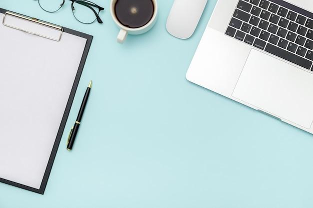 Obszar roboczy na kolorowym biurku w biurze domowym