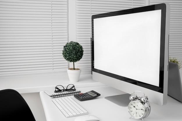 Obszar roboczy pakietu office z ekranem komputera osobistego i klawiaturą