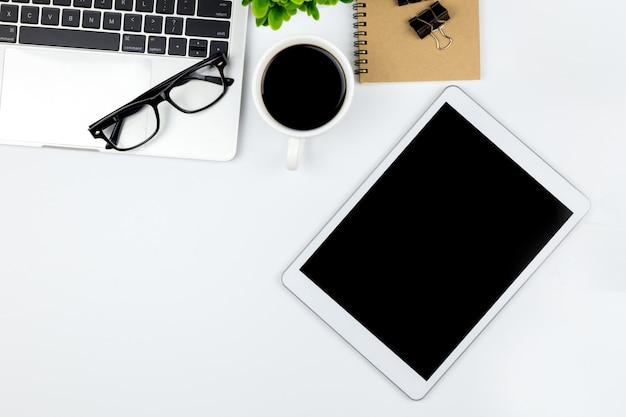 Obszar roboczy w biurze z tabletem i pustymi pustymi ekranami.