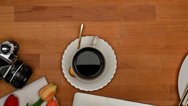 Obszar roboczy widok z góry z tabletem, klawiaturą, filiżanką kawy i kwiatkiem