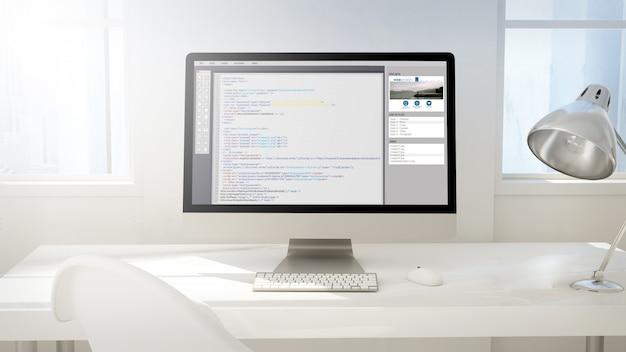 Obszar roboczy z ekranem komputera pokazującym kody