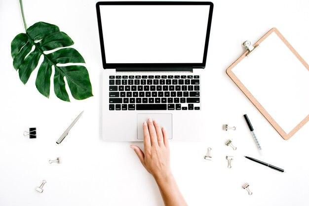 Obszar roboczy z kobietą pracującą na laptopie z pustym ekranem