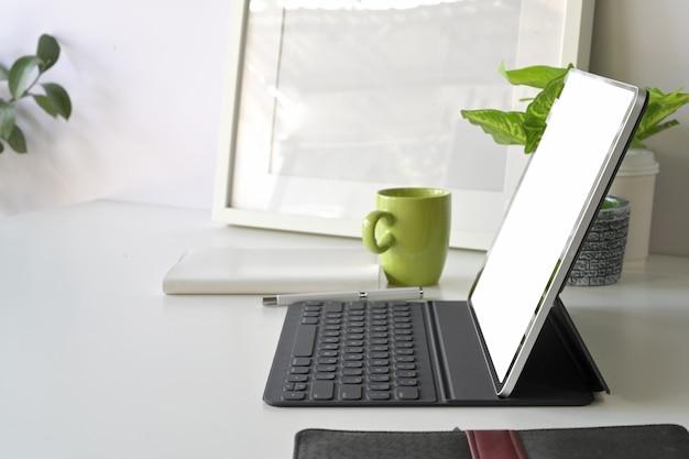 Obszar roboczy z makieta pusty ekran tabletu