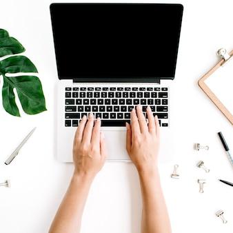 Obszar roboczy z rękami pisania na laptopie