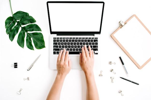 Obszar roboczy z rękami, wpisując na laptopie z pustym ekranem