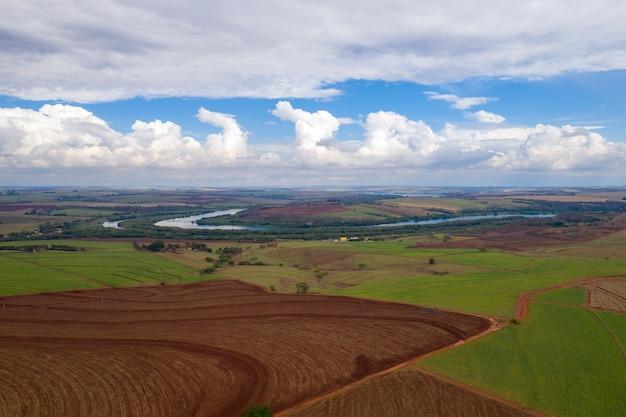 Obszar wiejski z plantacjami i rzeką tiete