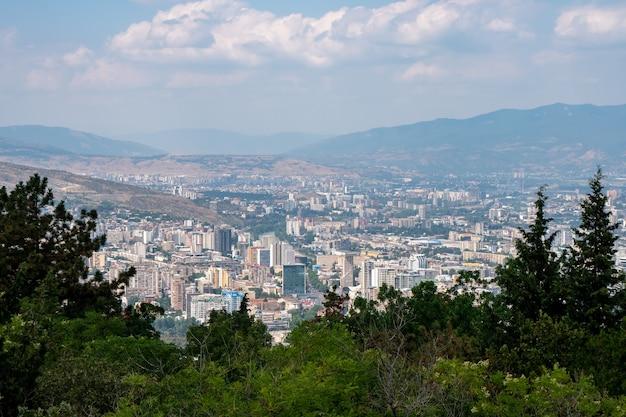 Obszarowy widok na miasto tbilisi. piękne miejsce do podróży. gruzja.