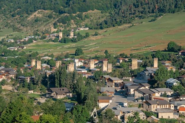 Obszarowy widok na piękną starą wioskę mestia z wieżami swan.