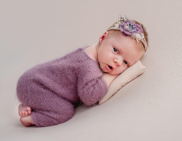 Obudź się noworodka dziewczynka z kwiatowym diademem
