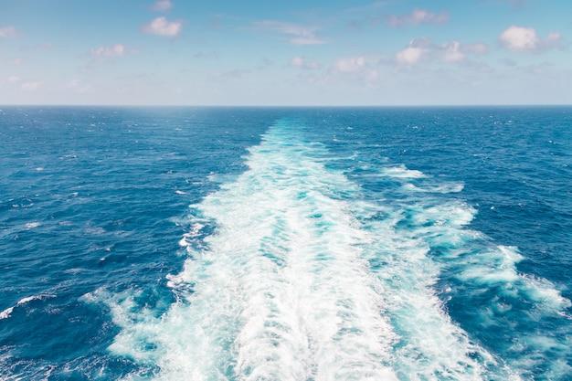 Obudź statek wycieczkowy lub ślad na powierzchni oceanu
