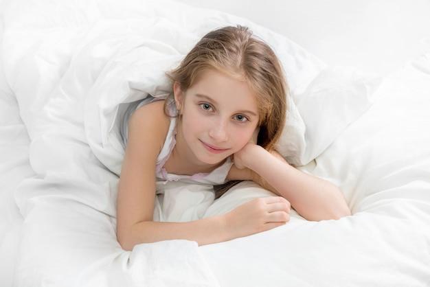 Obudzone dziecko owinięte białym kocem