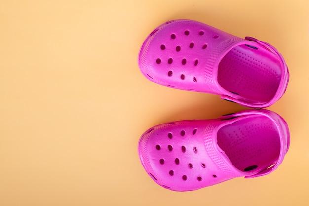 Obuwie różowe sandały. gumowe trampki na basen. copyspace. klapki dziecięce. obuwie dziecięce. koncepcja lata.