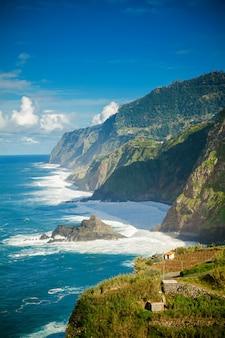 Ocean atlantycki i klify na północnym wybrzeżu madery