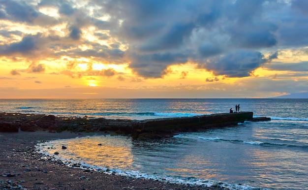 Ocean atlantycki o zachodzie słońca na wyspie teneryfa, wyspy kanaryjskie