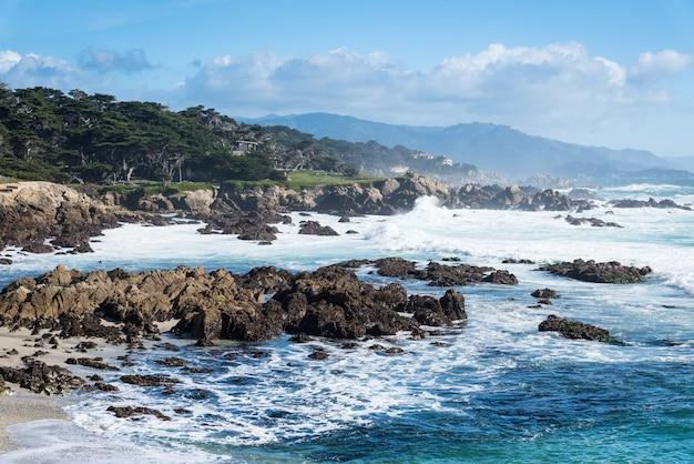 Ocean fala wybrzeżem przy dużym surem blisko autostrady 1, kalifornia