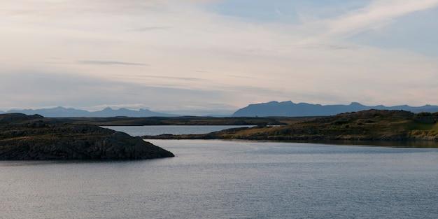 Ocean i fjords patrzeje w kierunku mglistych gór