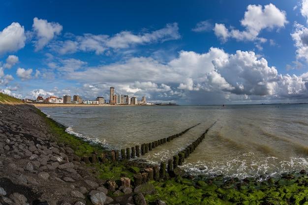 Ocean pod chmurnym niebem w vlissingen, zeeland, holandie