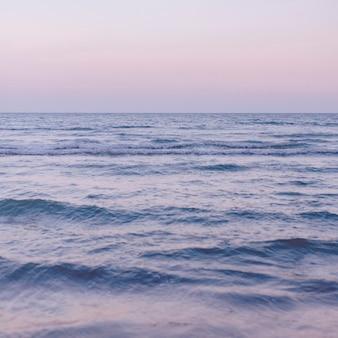Oceaniczny krajobraz na fioletowym tle morza