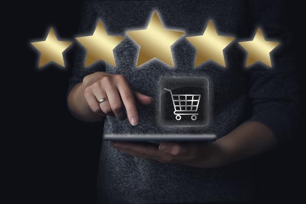 Ocena i przegląd sprzedaży detalicznej i zakupów. koszyk, tablet i 5 gwiazdek. doskonały klient