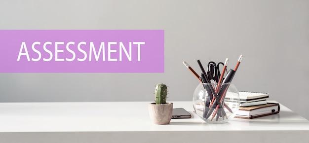 Ocena – tekst na powierzchni stołu biurowego. pomysł na biznes.