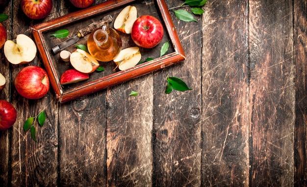 Ocet jabłkowy, czerwone jabłka na starej tacy