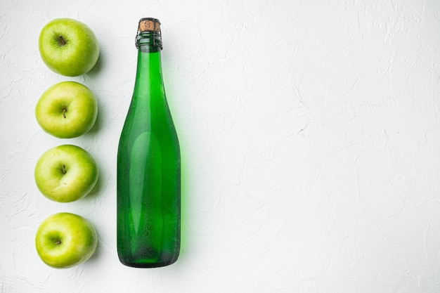Ocet jabłkowy lub sfermentowany zestaw napojów owocowych, na białym tle kamiennego stołu, widok z góry płaski, z miejscem na kopię dla tekstu
