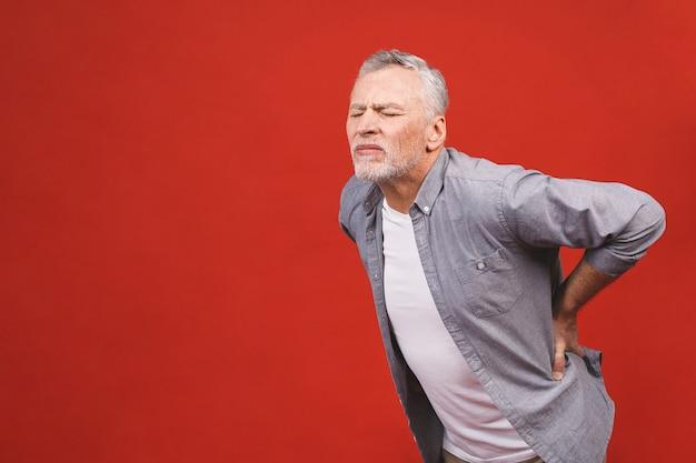 Och, potrzebuję masażu! portret starszy mężczyzna wieku o bólu pleców.