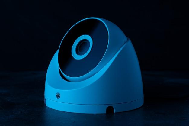 Ochrona aparatu na ciemnej ścianie w niebieskim świetle.