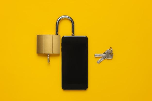 Ochrona danych osobistych smartfona smartfon z blokadą klawiszy na żółtym tle