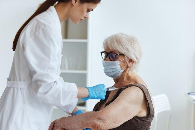 Ochrona immunitetu paszportowego starszej kobiety co