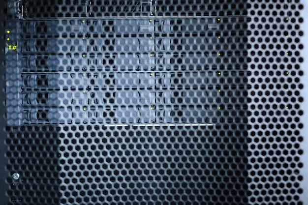 Ochrona metalu. ważne czarne metalowe, stylowe, nowoczesne szafy serwerowe w centrum danych