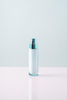 Ochrona przeciwsłoneczna na biało-niebieskim tle. minimalistyczny. krem do opalania