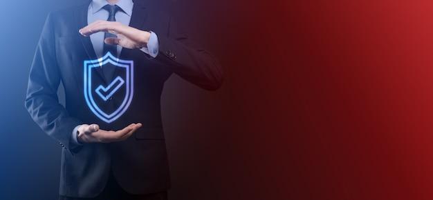 Ochrona sieci bezpieczeństwo komputer w rękach biznesmena technologia biznesowa bezpieczeństwo cybernetyczne i koncepcja internetu biznesmen naciskający przycisk tarczy na wirtualnych ekranach ochrona danych