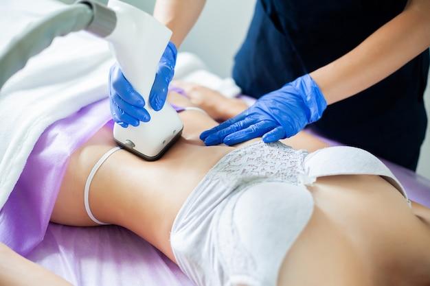 Ochrona skóry. kobieta jest w trakcie zabiegu w klinice lipomassage.