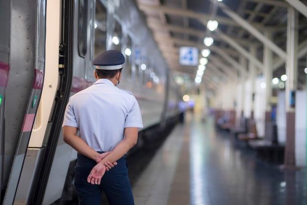 Ochroniarz stoi na straży na stacji kolejowej