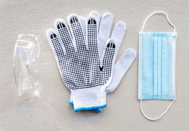 Ochronne rękawice budowlane i maska medyczna