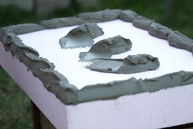 Ocieplenie ścian płytami styropianowymi, nałożenie i montaż kleju.