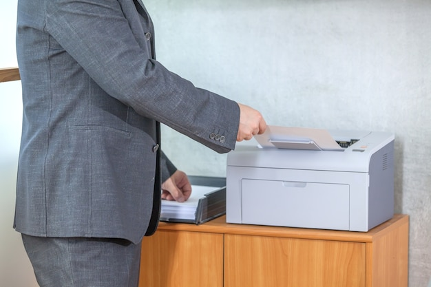 Oczekiwanie na wysunięcie papieru z drukarki
