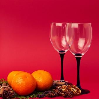 Oczekiwanie nowego roku - mandarynki i szklanki. boże narodzenie.