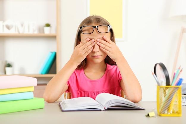 Oczy małej dziewczynki bolą od jej okularów problemy ze wzrokiem u dzieci