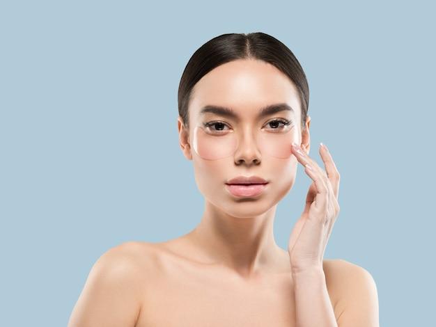 Oczy maska azjatyckie kobiety twarz kosmetyczna. kolor tła. niebieski
