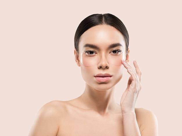 Oczy maska azjatyckie kobiety twarz kosmetyczna. kolor tła. różowy
