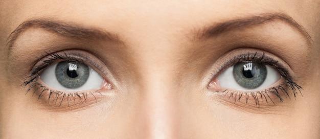 Oczy młodej kobiety, zbliżenie