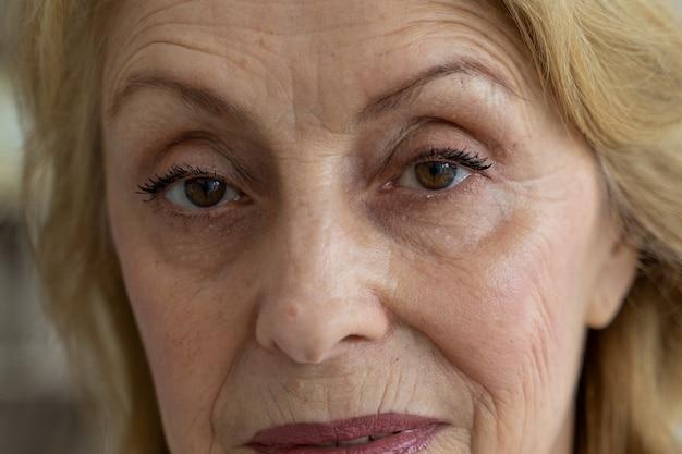 Oczy starszej kobiety patrzą w kamerę w zbliżeniu