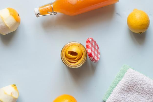 Oczyszcza naturalny ocet i cytryny