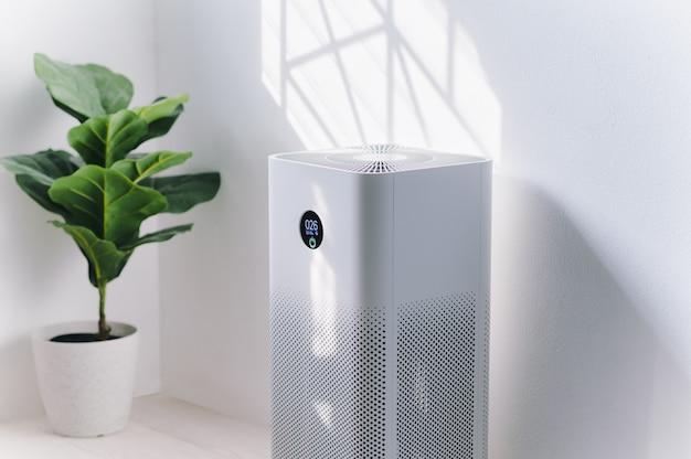 Oczyszczacz powietrza w salonie, filtr powietrza usuwający drobny kurz w domu