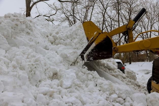 Oczyszczanie drogi z traktora śnieżnego toruje drogę