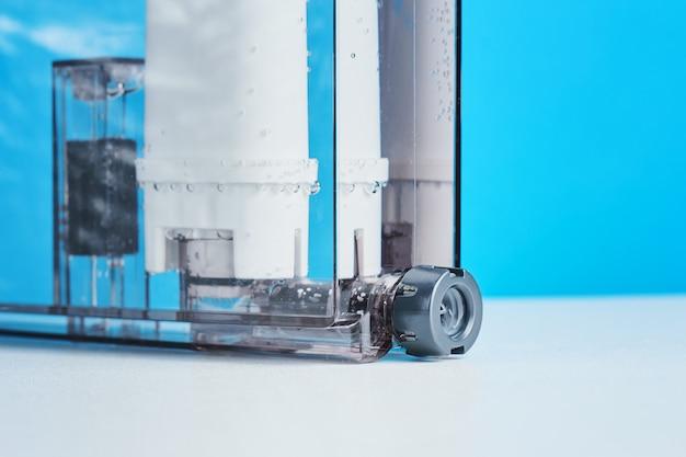 Oczyszczanie wody filtracyjnej w pojemniku na ekspres do kawy. urządzenia kuchenne