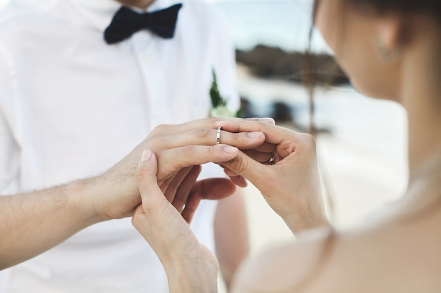Oczyszczenie zakładanie pierścienia na palec panny młodej podczas ceremonii ślubnej