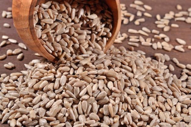 Oczyszczone nasiona słonecznika w drewnianej misce